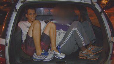 Homem e adolescente são detidos com carro e objetos roubados em Campinas - Um homem e um adolescente foram detidos na noite de terça-feira (8) nos Amarais, em Campinas, com um carro e objetos que haviam sido roubados no Alto Taquaral. Os policiais investigam ainda se um dos suspeitos mantinha uma mulher em cárcere privado.