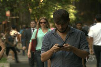 Um telefone celular é roubado a cada três minutos em São Paulo - Aparelhos são vendidos livremente em locais como a feira do rolo. Polícia diz que nem sempre é possível descobrir se os celulares vendidos são roubados, porque boa parte das vítimas não faz boletim de ocorrência.