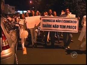 Estudantes de farmácia fazem manifestação em Rio Preto - Estudantes de farmácia participaram de uma manifestação em Rio Preto (SP) nesta terça-feira (9). Eles alertam para uma votação que deve ser realizada na Câmara, que defende a presença de farmacêuticos nas drogarias.