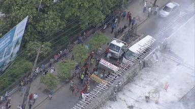 Protestos de ambulantes interditam as avenidas Caxangá e Boa Vista, no Recife - Eles reclamam do tratamento que a prefeitura tem dado ao comércio informal.