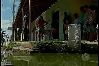 Moradores reclamam de esgoto estourado em bairro de Petrolina - O problema acontece no bairro José e Maria, zona leste da cidade.