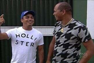 Alex Dias e Aloísio apoiam Goiás em semana decisiva - Ex-atacantes do clube esmeraldino, campeões do Goianão pelo time, comparecem a treino, brincam e dão apoio ao elenco.