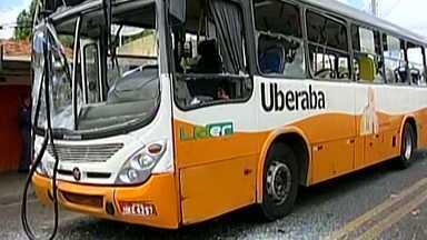Ataque a ônibus suspende circulação do transporte coletivo em avenida de Uberaba - Cerca de 50 pessoas atiraram pedras no coletivo.