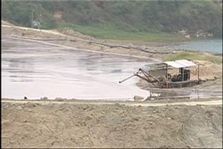 Menino que morreu afogado em Jundiapeba é enterrado em Mogi - O menino se afogou em uma lagoa de um porto de areia. Vítima tinha 10 anos.
