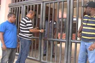 Trabalhadores terceirizados fecham escolas da rede pública estadual - Eles colocaram correntes e cadeados nos portões e fecharam as escolas. Categoria protesta contra a falta de pagamento.