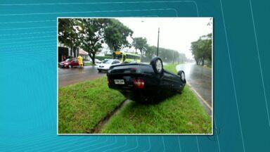Temporal provoca capotamento em Foz do Iguaçu - Foi na Avenida Tancredo Neves, no acesso a usina de Itaipu.