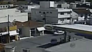 Vídeo mostra caminhão furando cruzamento e atingindo carro em Itajubá - Vídeo mostra caminhão furando cruzamento e atingindo carro em Itajubá