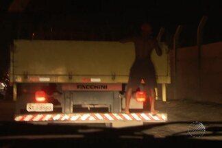 Jovem se pendura em carroceria de caminhão e leva duas garrafas de cerveja - Flagrante foi registrado em Salvador.