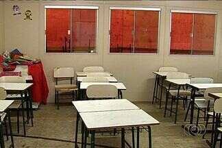 Alunos protestam contra atraso em reforma de escola, em Senador Canedo - Estudantes têm aula na quadra de esportes e não têm banheiro adequado.