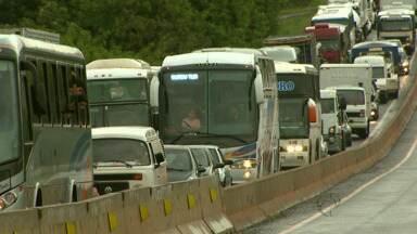 Carreta atravessada na pista deixa o trânsito interditado na BR-277 em São Miguel do Iguaç - A pista foi liberada por volta das cinco e meia da tarde, pela pista do acostamento.