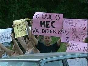 Alunos da UEM em Goioerê fazem protesto - Eles pedem a contratação de mais professores e melhores condições no campus da universidade.