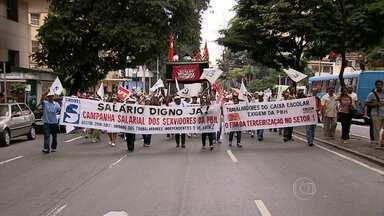 Servidores municipais fazem protesto no Centro de BH - Ato reuniu cerca de mil manifestantes