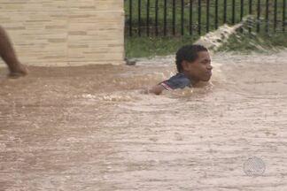 Chuva deixa ruas alagadas em Salvador - Pedestres, motoristas de carros e de ônibus ficaram parados esperando o nível de água baixar.