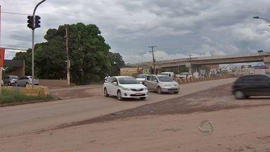 Motoristas devem ficar alertas a novo desvio na Avenida da FEB - O caminho ficou mais longo para quem vai de Várzea Grande para Cuiabá. Um novo desvio na Avenida da FEB já está funcionando por causa das obras do Veículo Leve sobre Trilhos.