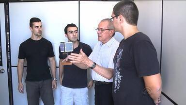 Primeiro nanossatélite brasileiro a ser enviado ao espaço será lançado em dois meses - Feito por pesquisadores gaúchos, o equipamento vai captar informações que podem explicar os motivos de problemas de telefonia e energia elétrica na América do Sul.