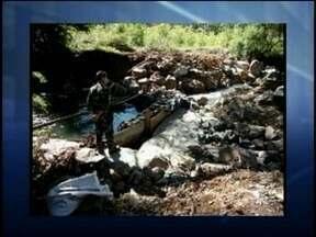 Polícia Ambiental flagra construção irregular de represa em rio na Serra - Polícia Ambiental flagra construção irregular de represa em rio na Serra