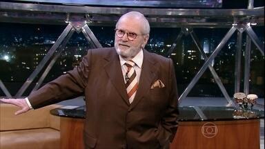 Jô Soares comenta as últimas notícias na abertura do programa de segunda - Jô apresenta os convidados da noite
