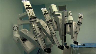 Robô já é usado em cirurgias do SUS - A maior parte da cirurgia será feita por um robô. Ele corta e costura, mas não trabalha sozinho. A máquina é comandada por um médico. A tecnologia que só existia em hospitais particulares começou a ser usada em cirurgias do SUS.