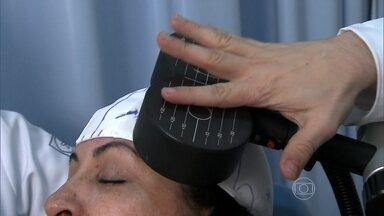 Cérebro é estimulado com campo eletromagnético para combater a depressão - Um imã especial é usado para o tratamento da depressão. A bobina gera um campo eletromagnético que penetra até três centímetros no cérebro dos pacientes. É um tratamento que só há cinco anos vem sendo utilizado no Brasil.