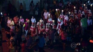 Agricultores do Ceará mantêm vivo um ritual bem antigo durante a Semana Santa - Vários grupos de agricultores de Várzea Alegre se reúnem na Procissão do Fogaréu. Eles saem pelas ruas para relembrar a morte de Jesus Cristo. O movimento remonta a Idade Média.