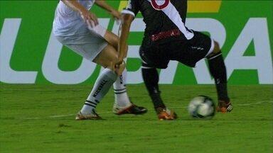 Felipe Bastos dá entre as pernas do adversário e sofre a falta aos 8 do 1º tempo - Felipe Bastos dá entre as pernas do adversário e sofre a falta aos 8 do 1º tempo