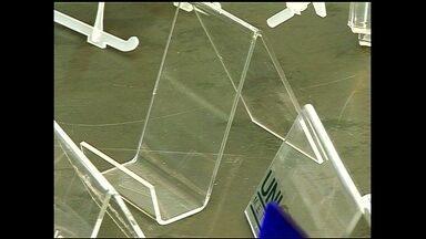 Empresa de São Paulo fatura com fabricação de máquinas que fazem expositores - A máquina 'dobradeira' dobra o plástico no ângulo exato desejado pelo cliente e é muito usada por empresas de comunicação visual para fazer displays.