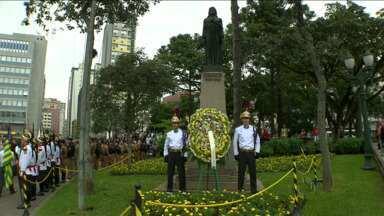 Tiradentes é homenageado em Curitiba - Depois de oito meses de restauração, a estátua foi recolocada ontem, na Praça Tiradentes