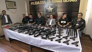 Polícia Civil recupera maior parte das armas roubadas da Central de Escoltas, em MG - Armamentos foram roubados na cidade de Ribeirão das Neves. Quatro pessoas foram presas, entre elas, um agente penitenciário que estava de plantão no dia do roubo.