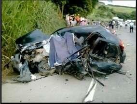 Vítima de acidente na BR-116 está internado em estado grave em Ipatinga - Carro foi atingido por uma carreta perto de Caratinga.