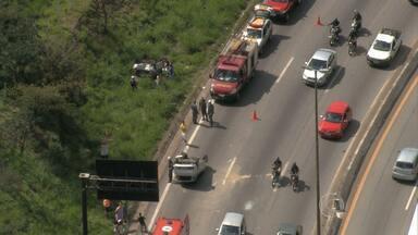 Dois carros capotam no Anel Rodoviário, em Belo Horizonte - Acidente envolveu quatro carros na altura do bairro São Francisco, na Região da Pampulha.