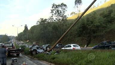 Acidente deixa um morto e um ferido grave na BR-040 - Motorista bateu com carro em poste na altura de Nova Lima.