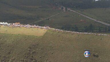 Moradores de Brumadinho dão abraço simbólico em defesa da Serra da Moeda - Eles se vestiram de branco e pediram preservação ambiental para o local.