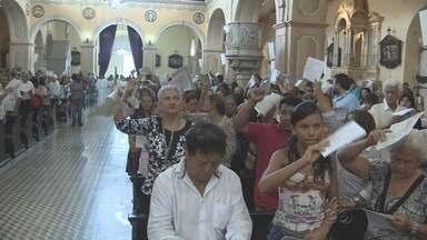 Fiéis participam da missa de Páscoa na Catedral Metropolitana de Manaus - Celebração lembrou passagem de cristo para uma nova vida aos cristãos.Famílias foram à missa para agradecer e pedir bênçãos.