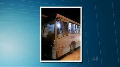 Grupo tenta incendiar ônibus na noite do domingo - Crime aconteceu no Conjunto Palmeiras. Eles teriam se aproximado do ônibus que fazia a linha Perimetral.
