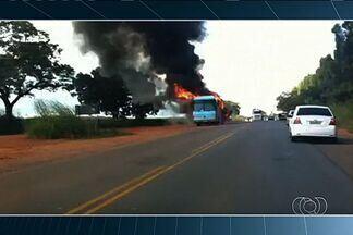 Ônibus de turismo pega fogo na GO-060, em Nazário - Segundo a empresa, apenas o motorista estava no veículo no momento do acidente e ele saiu ileso.