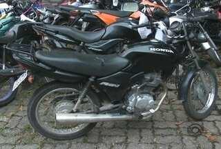 Dupla fura barreira policial e é presa em Joinville - Suspeitos estavam com moto roubada.