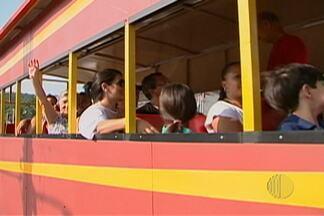 Turistas aproveitam o feriado para visitar Guararema - Comércio local faturou com artesanato.