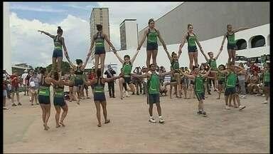 Seleção Brasileira de Acrobacia segue sem recursos para disputa do Mundial - A competição vai acontecer em junho, na França. A equipe faz apresentações na rua para arrecadar fundos para participar do Mundial.