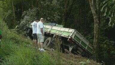 Acidente entre carretas e carros deixa feridos na MG-290 em Ouro Fino - Acidente entre carretas e carros deixa feridos na MG-290 em Ouro Fino