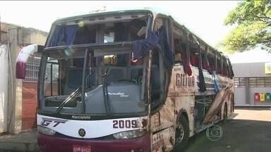 Acidente com ônibus deixa oito mortos no interior do Paraná - Outras 22 pessoas ficaram feridas. A maioria já teve alta, mas ainda vai demorar pra voltar pra casa. Os passageiros, de São Paulo, voltavam de uma viagem de compras do Paraguai.