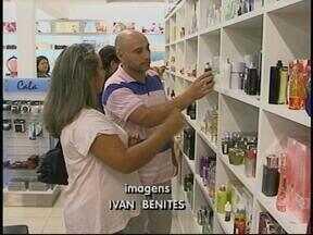 Último dia do feriado é de muito movimento nos freeshops uruguaios - Do outro lado da fronteira, as lojas ficaram cheias de brasileiros.