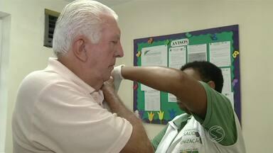 """Dia """"D"""" de vacinação contra a gripe mobiliza postos de saúde no sul do Rio - Por ter iniciado a campanha no meio do feriado, procura por imunização ainda está baixa. Vacinação é feita antes do inverno para facilitar a criação de anticorpos antes da queda da temperatura."""