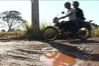 Buracos na rua causam transtornos para moradores de bairro em Goiânia - Quem vive no bairro também reclama do acumulo de lixo em algumas vias.