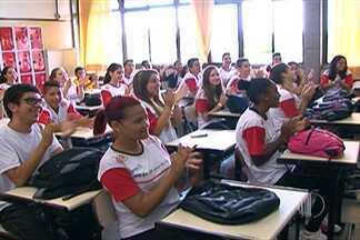 Imagem da semana traz visita da equipe de vôlei do Sesi-SP a uma escola de Suzano - Jogadores estiveram no Alto Tietê com o objetivo de incentivar a prática da modalidade