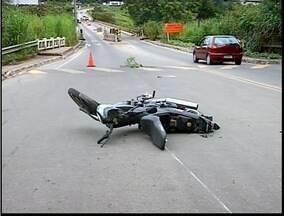 Motociclista sofre acidente na saída de Valadares paa Timóteo - Eles sofreu apenas ferimentos leves.