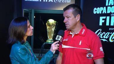 Taça do Mundial está em Porto Alegre e foi levantada por Dunga - Torcedores podem visitar o Tour da Taça.