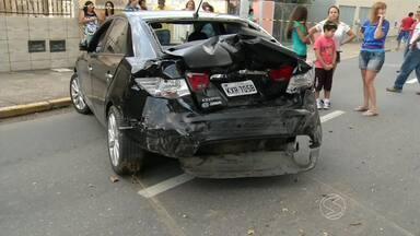 Acidente envolvendo quatro carros deixa um ferido em Resende, RJ - Batida foi registrada na Rua Padre José Sandrup, entre os bairros Manejo e Vila Julieta.