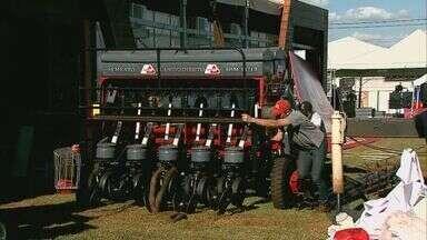 Funcionários fazem os últimos preparativos para o início da Agrishow, em Ribeirão Preto - Funcionários fazem os últimos preparativos para o início da Agrishow, em Ribeirão Preto