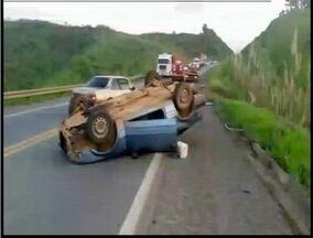 Homem fica ferido após capotamento na BR-381 - Acidente ocorreu próximo a cidade de Santana do Paraíso.