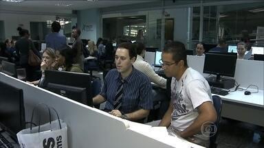 Contribuintes correm contra o tempo para entregar declarações do IR antes do prazo - Em uma universidade em São Paulo, os alunos de contabilidade não cobram nada pela declaração. Neste sábado (26), encheu de gente com muito papel.